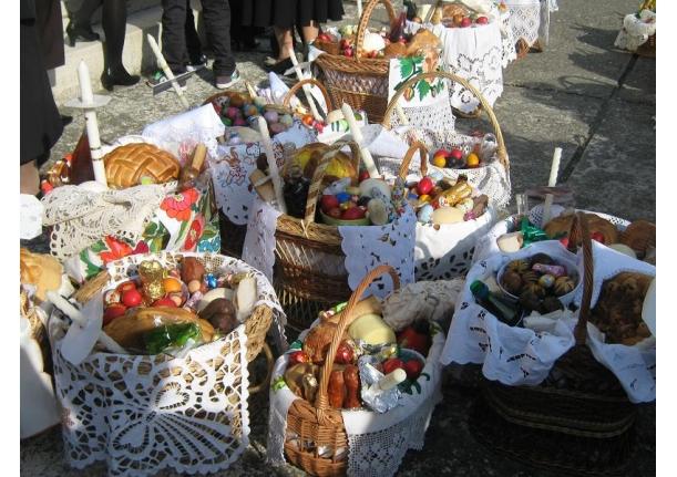 Sfințirea bucatelor în ziua de Paște Biserica ortodoxă Sîrbi 2010